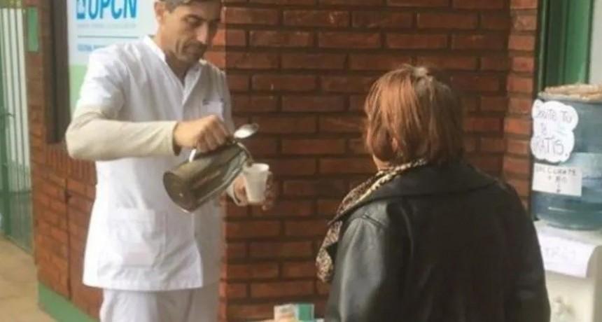 Denunció que policía intentó trío con menor, ahora ofrece té y comida caliente a quienes más lo necesitan