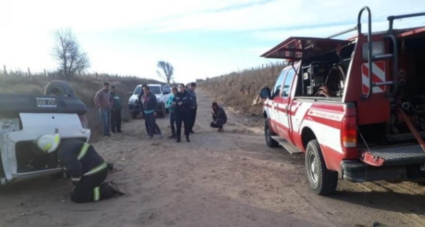 Cuatro Esquinas: un conductor quedó atrapado luego de volcar con su vehículo