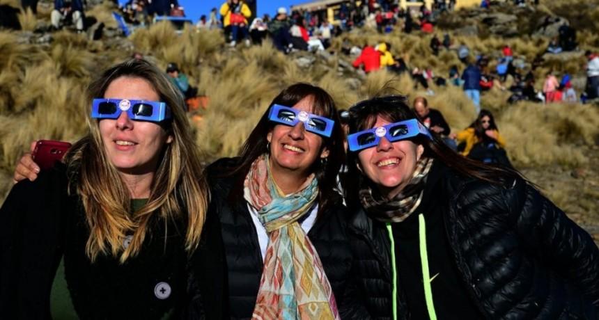 Atendieron a cuatro personas con daños en los ojos por mirar el eclipse sin protección