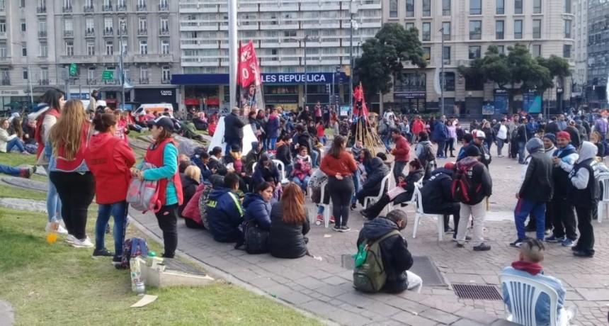 Organizaciones sociales instalaron un carpa en el Obelisco para los sin techo