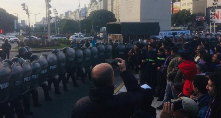 Obelisco: Policía reprimió a las organizaciones sociales que intentaban instalar una carpa para personas en situación de calle