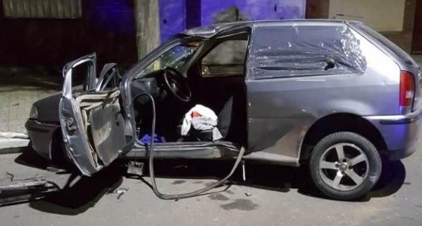 San Luis: un automovilista se llevó puesto varios carteles y terminó chocando contra un árbol en la Avenida Lafinur