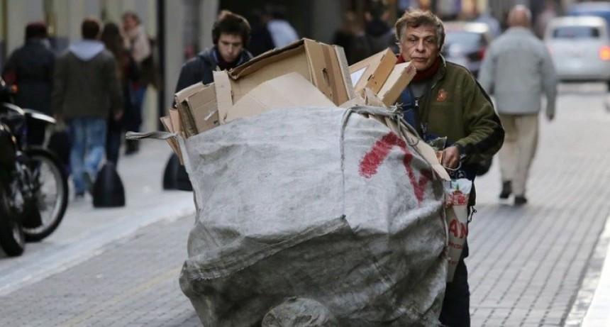 Un investigador del Observatorio de la Deuda Social de la UCA advirtió que aumentó la pobreza y ronda el 35%