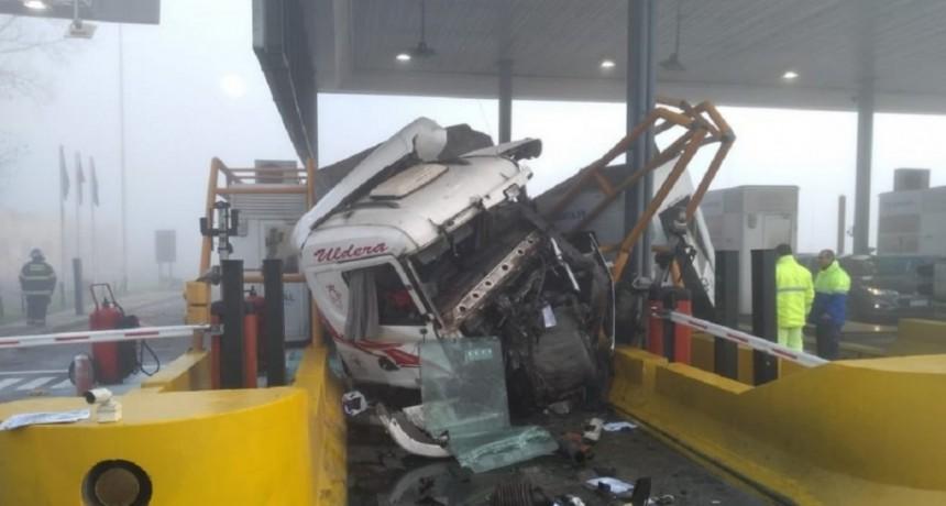 Tres heridos, dos de ellos niños, por el choque de un camión contra una cabina de peaje y un utilitario