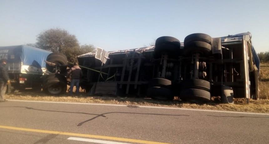 San Luis: un camión volcó en la Ruta 146, el conductor viajaba alcoholizado