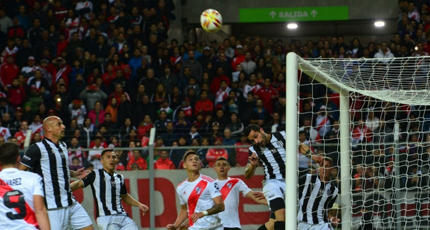 En una noche histórica para Villa Mercedes, River avanzó en la Copa Argentina