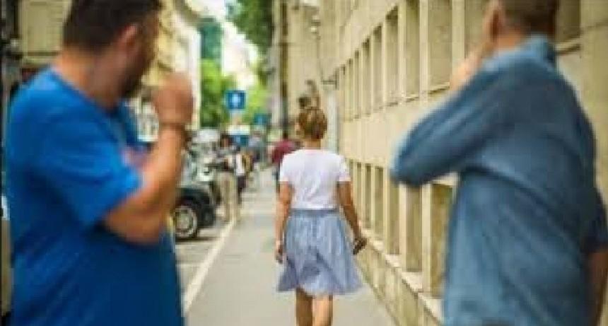 Se aprobó una normativa que sanciona el acoso callejero
