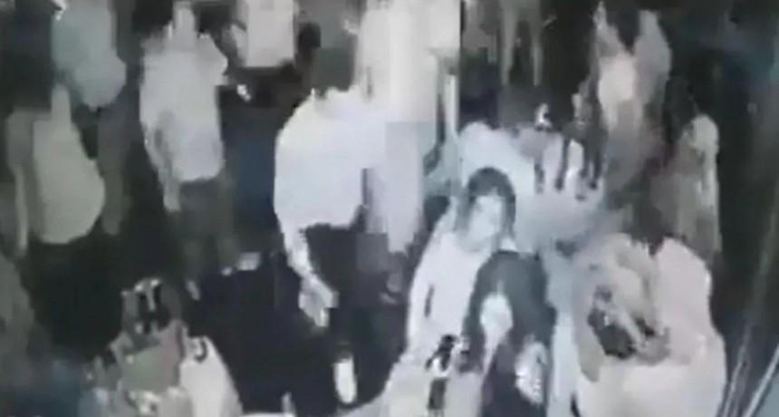 Video tremendo: entró a un bar y acribilló a tiros a cinco personas