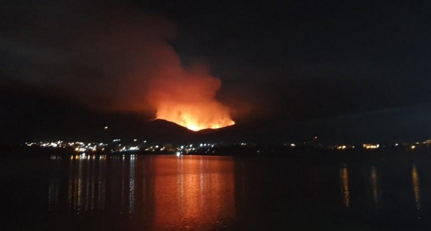 Sigue el combate contra un incendio forestal entre Estancia Grande y Potrero de los Funes