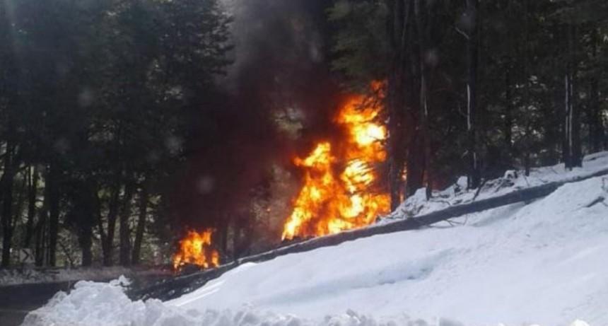 Choque fatal entre un auto y un camión cisterna en Villa La Angostura: al menos un muerto