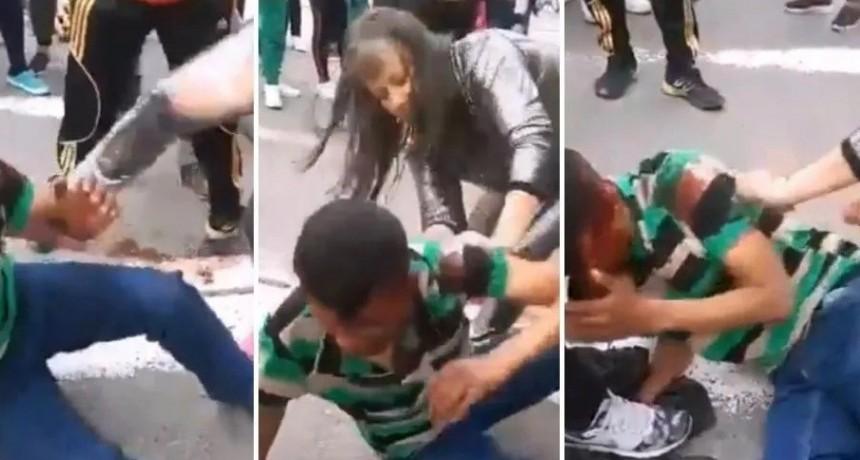 Impactante video: madres furiosas molieron a golpes a ladrón que robaba a sus hijos