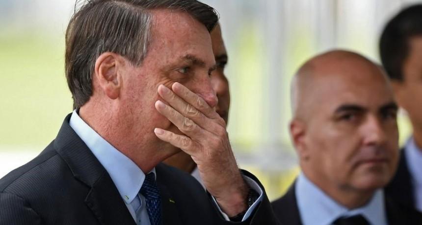 Sin barbijo, Bolsonaro contó que contrajo el coronavirus