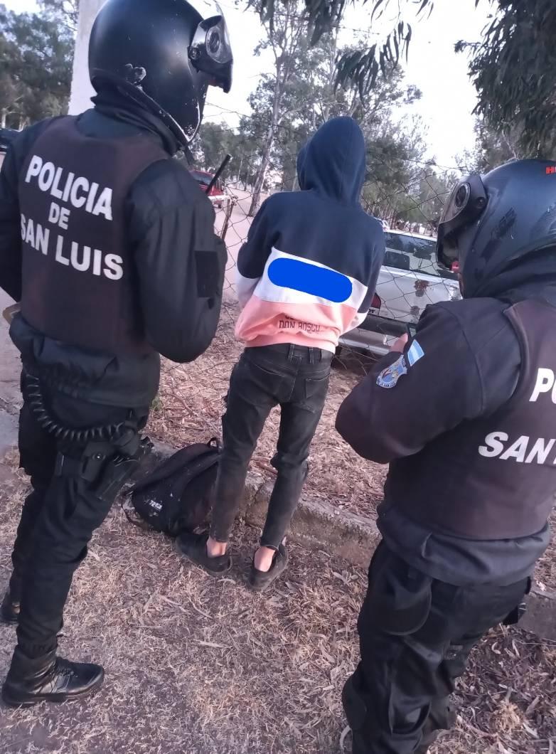 San Luis: sorprendieron a un adolescente que intentó sustraer elementos de vehículos estacionados en la vía pública