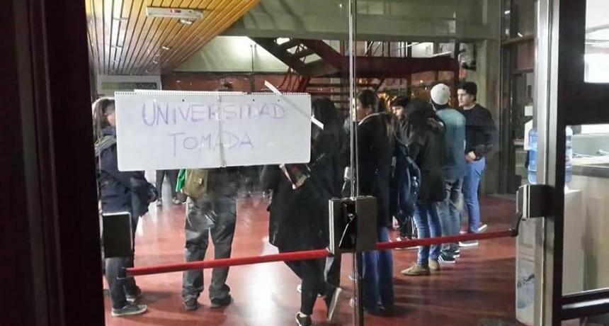 Alumnos toman la Universidad Nacional de San Luis
