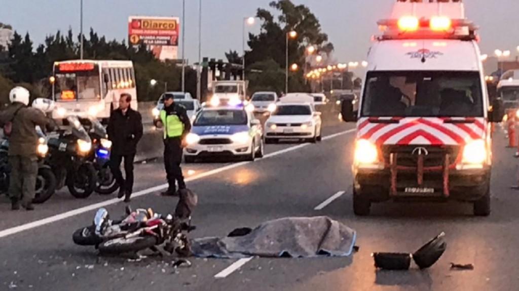 Panamericana: un automovilista embistió a un motoquero, lo mató y huyó