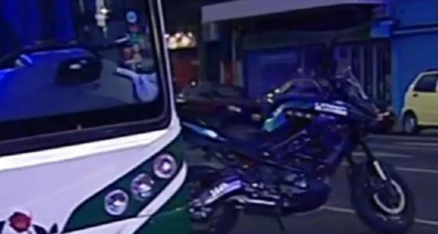 Villa Crespo: un motochorro embistió un colectivo en medio de una persecución