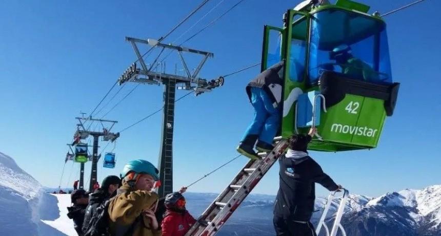 250 turistas atrapados en telecabinas del Cerro Catedral