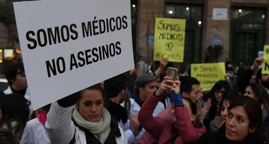 Médicos marcharon para apoyar al endoscopista condenado por la muerte de Pérez Volpin
