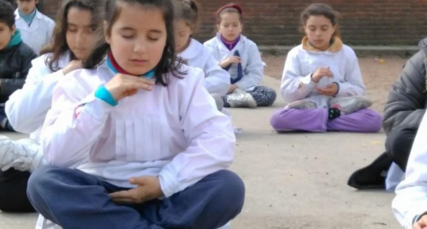 Escuela uruguaya enseña meditación a los niños para enfrentar bullying y violencia