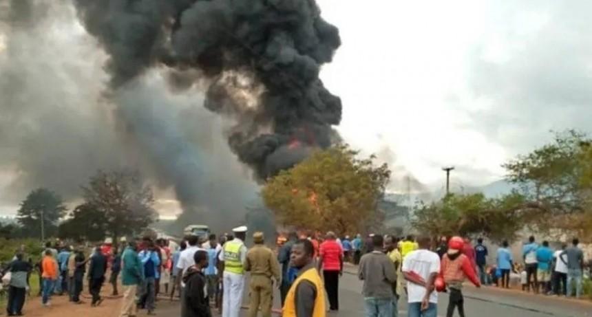 Fumaba un cigarrillo mientras robaba nafta de camión cisterna que explotó: 75 muertos