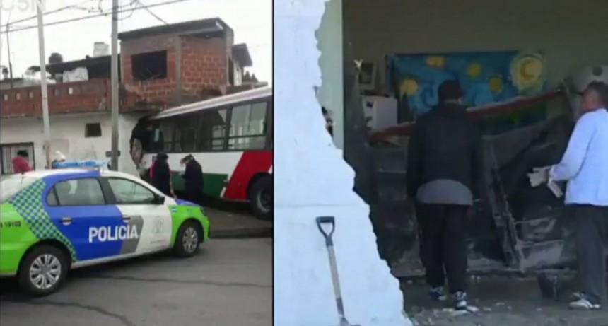 Un colectivo se incrustó en una casa: hay al menos 10 heridos