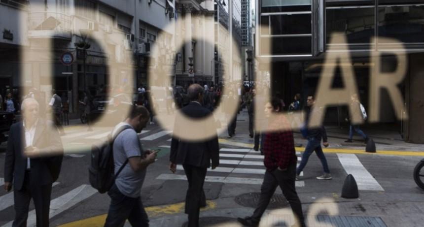 El dólar y el riesgo país bajan tras el llamado de Macri a Alberto Fernández