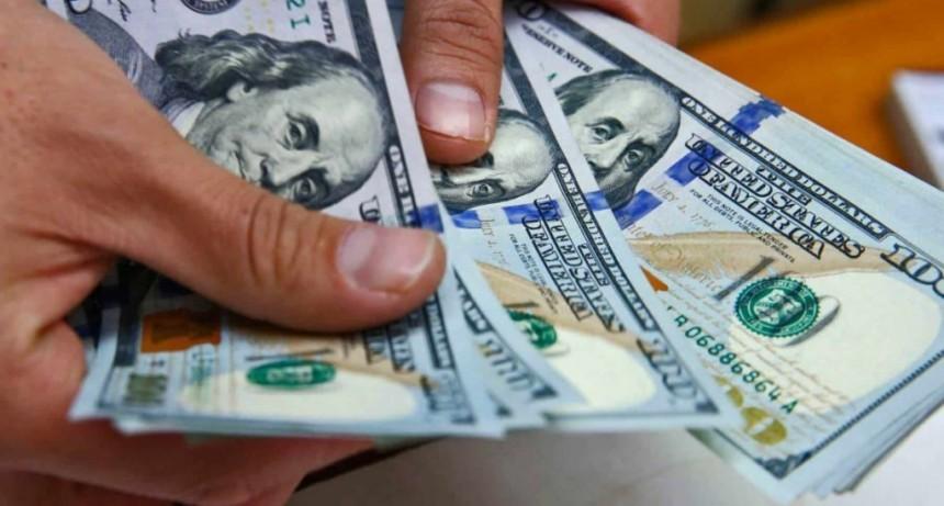 Fuerte baja del dólar en el cierre de una semana frenética