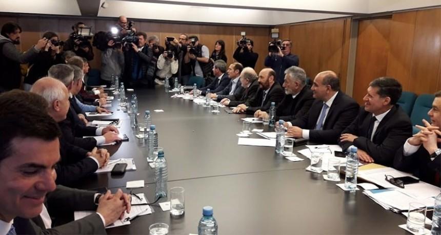 Los gobernadores peronistas se comprometieron a defender los derechos de las provincias ante las medidas arbitrarias tomadas por Macri