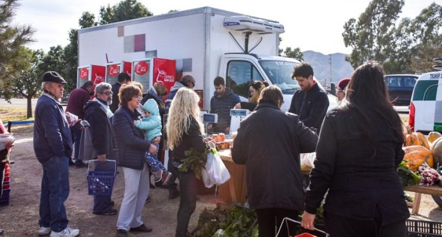 Las ofertas en carnes y verduras vuelven a la rotonda de la Ruta 147 y Esteban Adaro