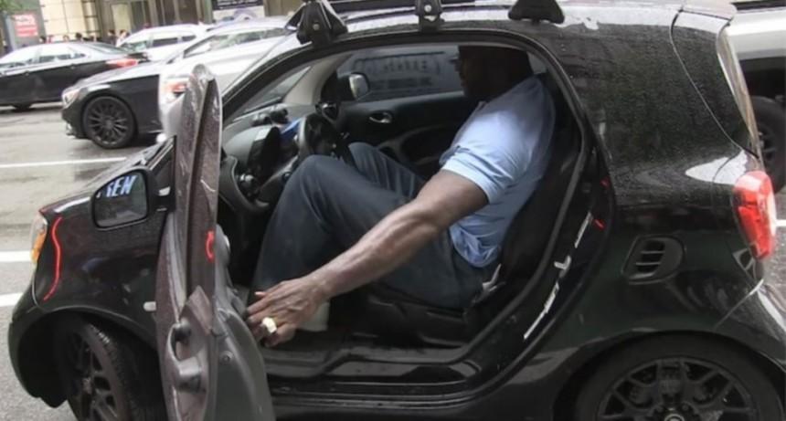 Shaquille O'Neal mete sus 2,16 metros en el auto más chico del mundo