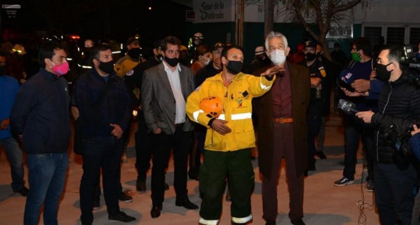 El gobernador acompañó al personal que trabaja en el lugar donde se derrumbó una vivienda