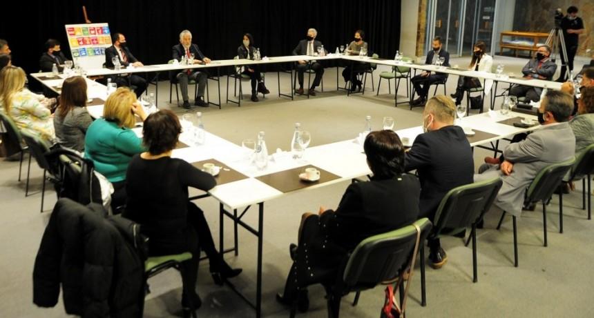 El gobernador encabezó la primera reunión con especialistas que trabajarán en la actualización de los Códigos Procesales y la Ley de Administración de Justicia
