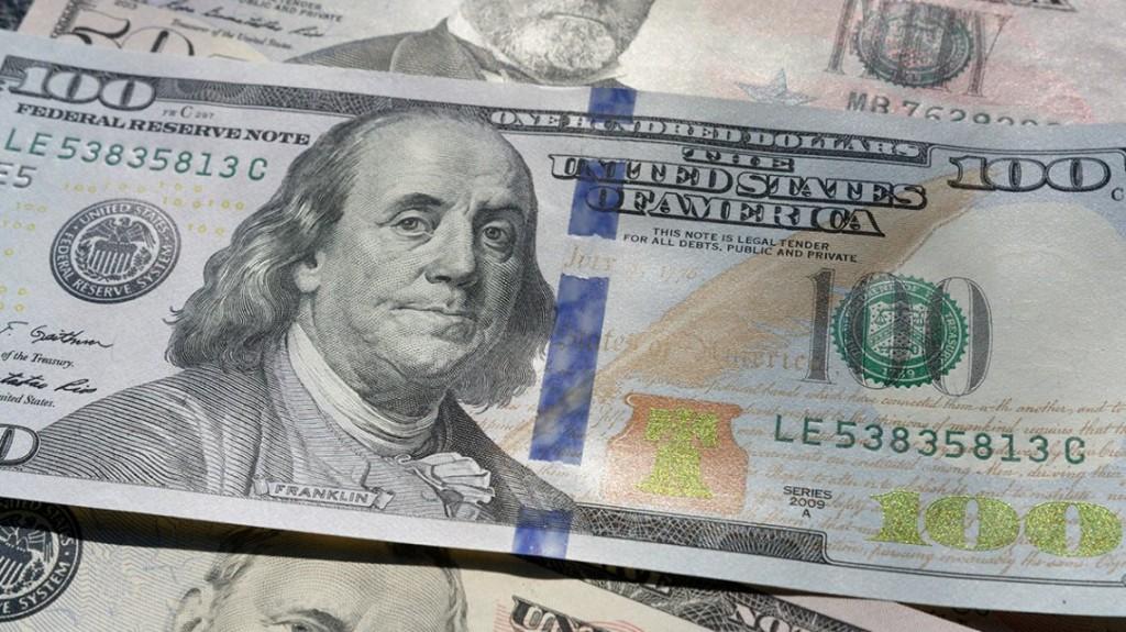 El dólar baja en el cierre de la semana