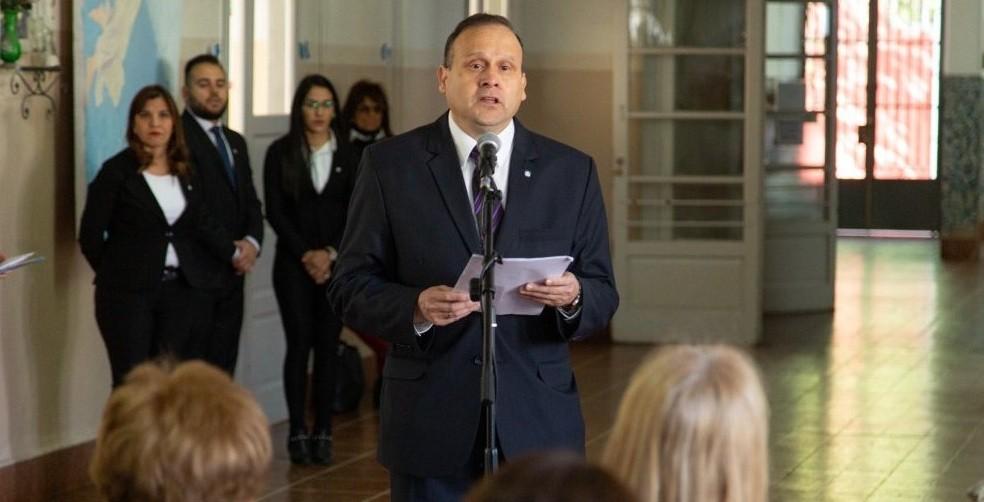 Héctor Paez asumió en la Escuela Normal