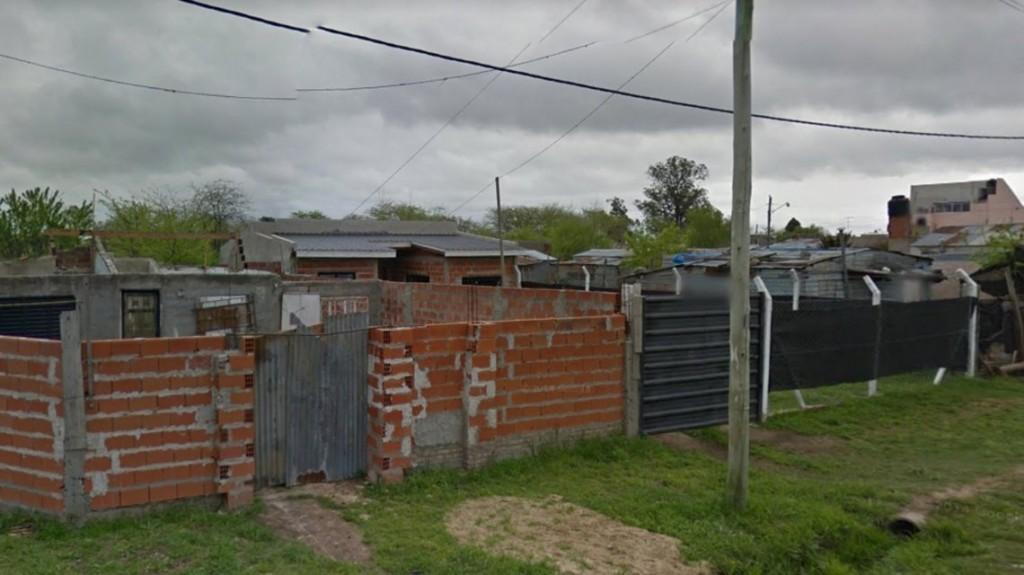 Tensión en Los Hornos: un hombre se atrincheró con un menor en una casa