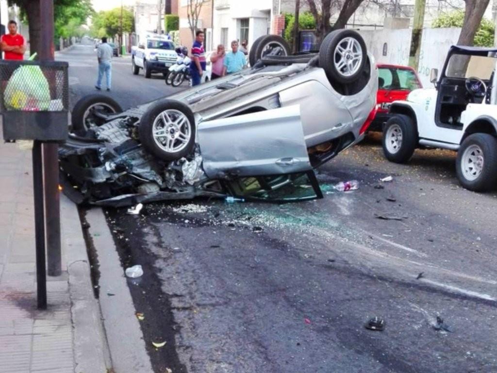 San Luis: fuerte choque y vuelco en el centro de la ciudad