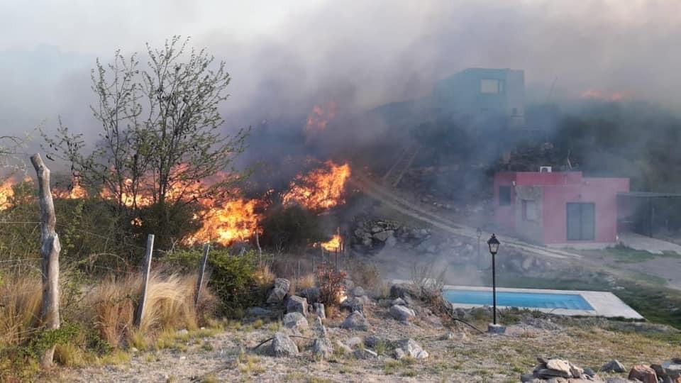 Bomberos luchan contra un incendio entre El Volcán y Potrero de los Funes