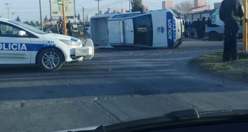 San Luis: un patrullero chocó con un falcon en la Avenida Fuerza Aérea