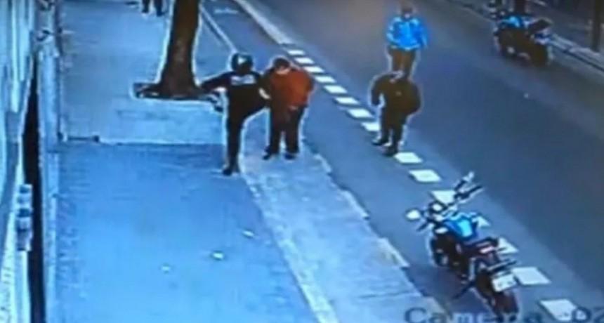 Piden que quede detenido el policía que mató de una patada a hombre borracho con cuchillo