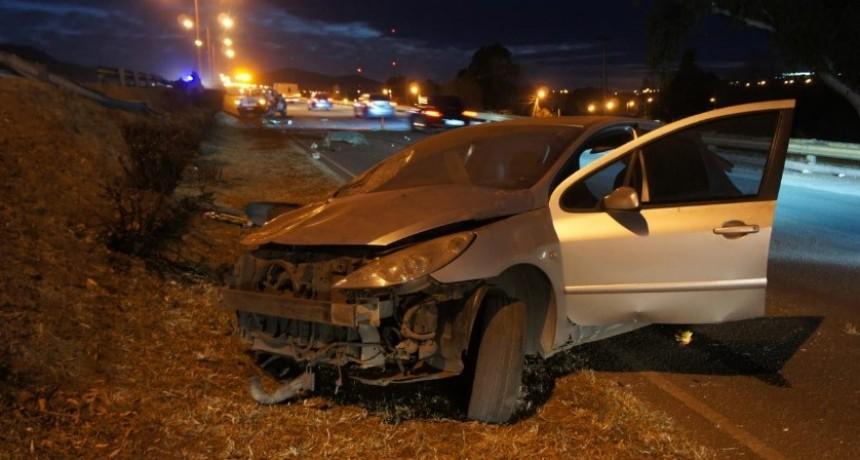 Accidente fatal: un hombre falleció y dos resultaron heridos al volcar un auto en la Avenida Santos Ortiz