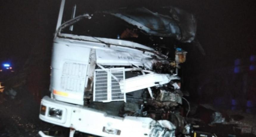 Accidente fatal: un hombre falleció como consecuencia de un fuerte choque entre dos camiones