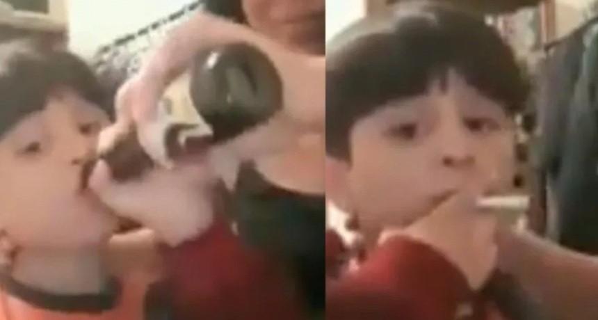 Indignante video: madre obliga a su hijo menor a fumar y tomar cerveza