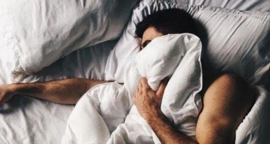 Insólito: borracho volvió de bailar y se durmió en la cama de una casa ajena