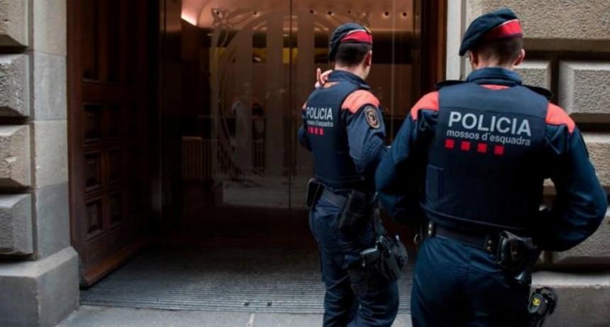 Detuvieron a un argentino en España por dejar morir a su pareja y grabarla mientras agonizaba