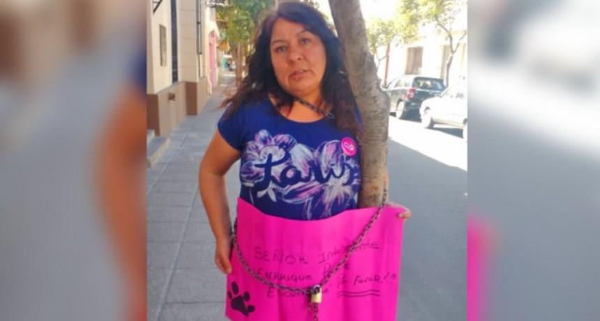 Una proteccionista se encadenó a un árbol en la puerta del Concejo Deliberante
