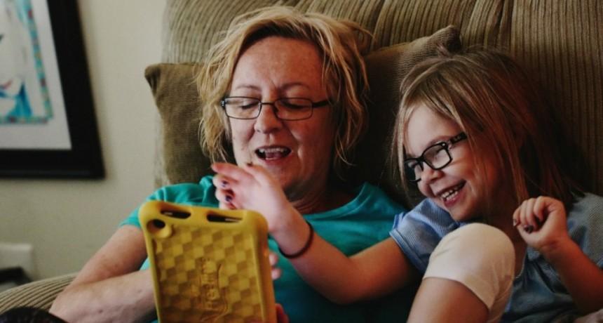 Recomiendan no permitir el uso de celulares y pantallas a niños menores de 2 años