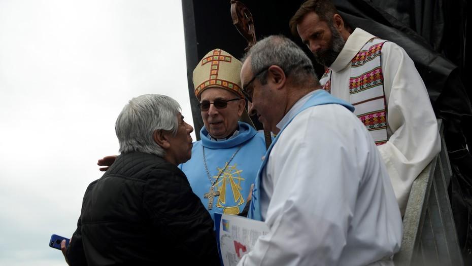 Polémica por el apoyo a la familia Moyano de dos obispos cercanos al Papa