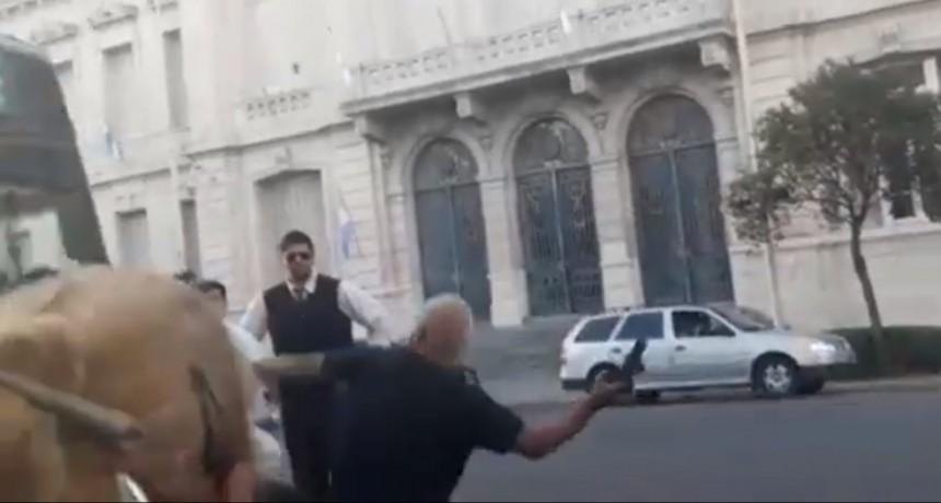 Tensión en un colectivo de Transpuntano por un taxista enfurecido