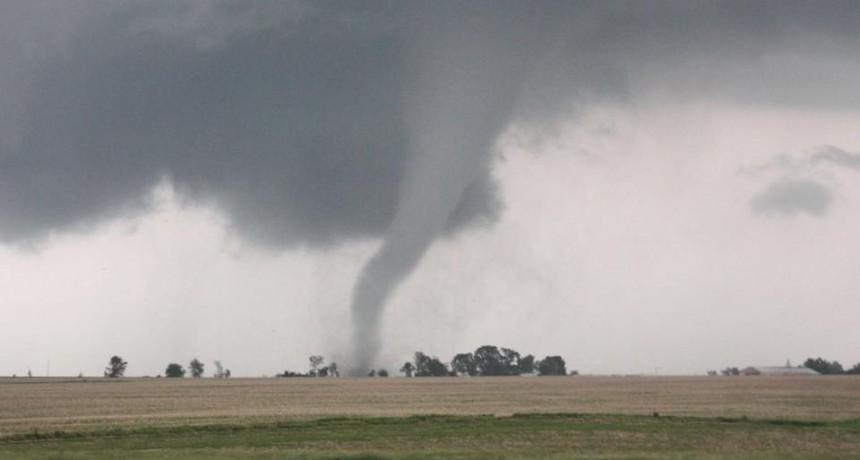 Fuerte tormenta y tornado entre Juan Llerena y La Toma
