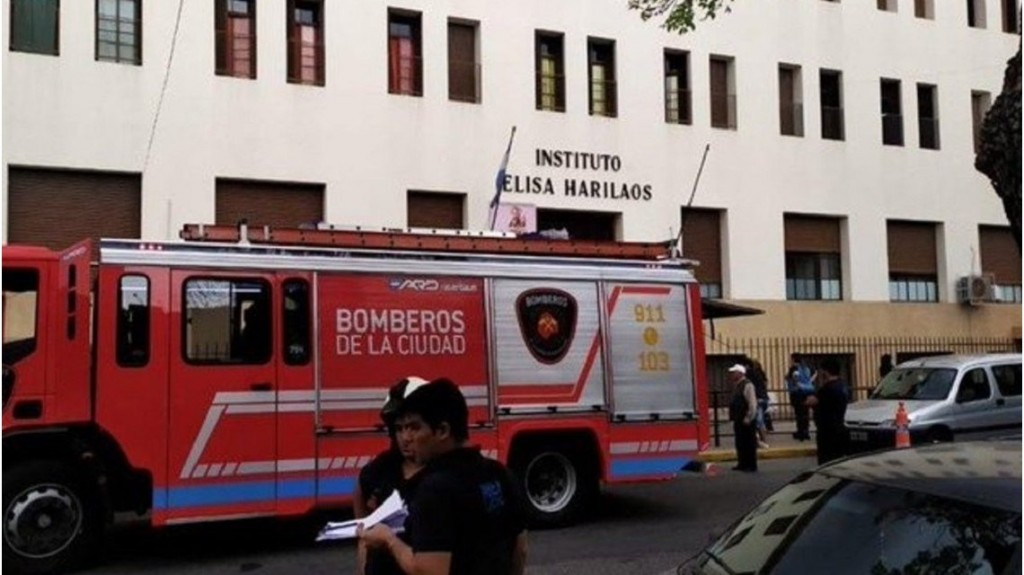 Flores: Misterio en torno a un alumno que cayó desde el segundo piso del colegio y está grave